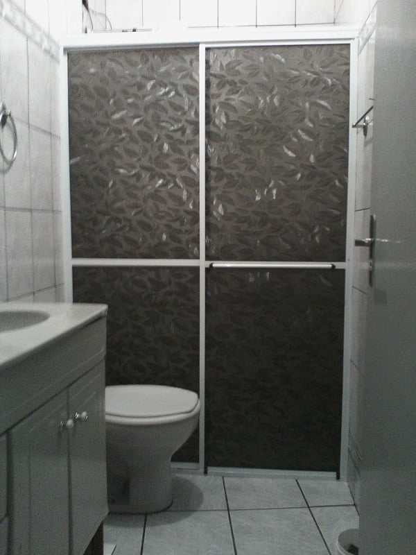 Box para banheiro de acrílico com requadro em alumínio fosco